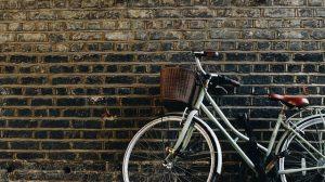 bicicleta antiga na parede