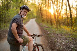 homem na terceira idade pedalando